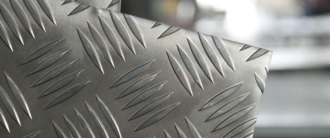 Alluminio naturale, preverniciato e mandorlato